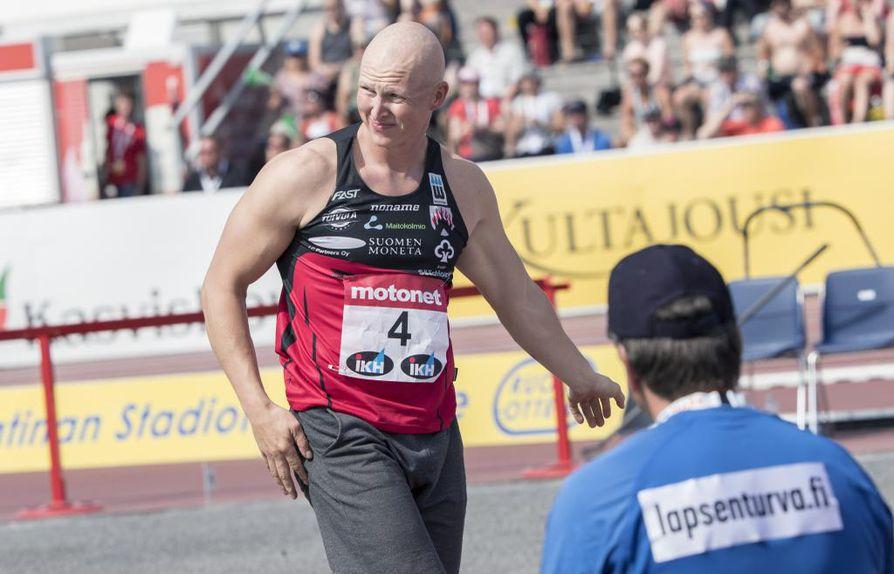 Teemu Wirkkala haastaa Ari Mannion keihäänheiton finaalissa.