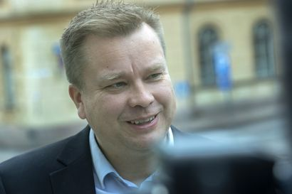 """Puolustusministeri Antti Kaikkonen aikoo pitää isyysloman loppukesästä – """"Jos kaikki menee hyvin"""""""