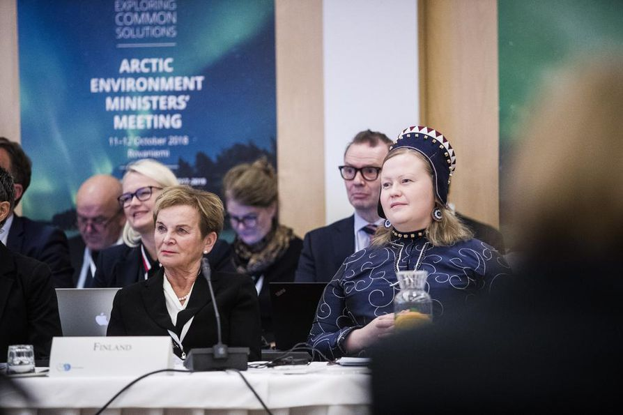 Saamelaiskäräjien puheenjohtaja Tiina Sanila-Aikio (oik.) arktisten maiden ympäristöministerien kokouksessa Arktikumissa vuonna 2018.