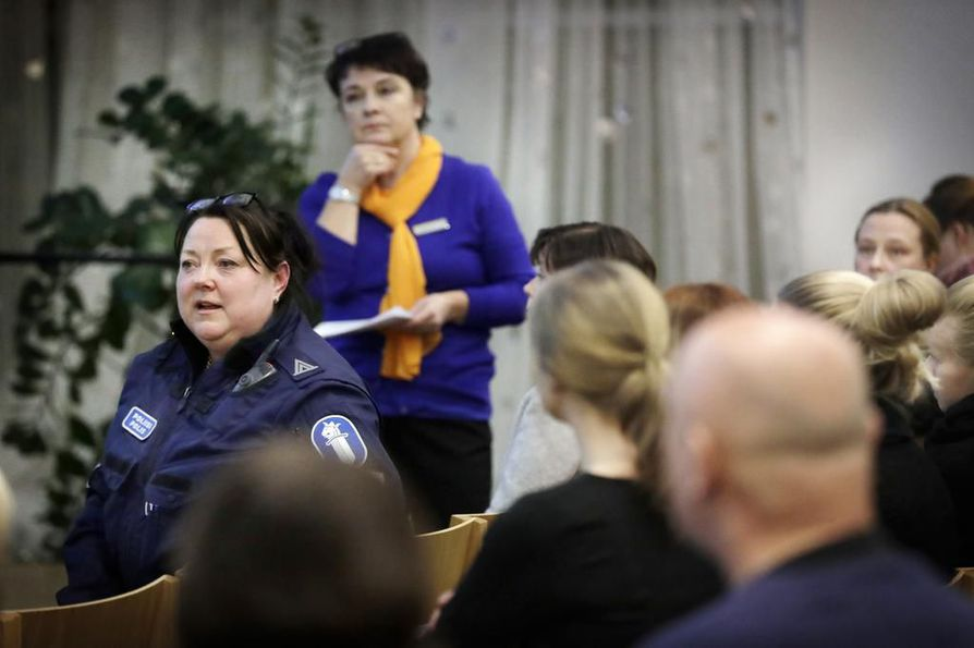 Koulupoliisi, ylikonstaapeli Merja Rasinkangas (vas.) oli yksi illan alustajista, takana tilaisuuden puheenjohtaja, toimittaja Karin Mariola. Tilaisuuteen osallistui lähes sata ihmistä.