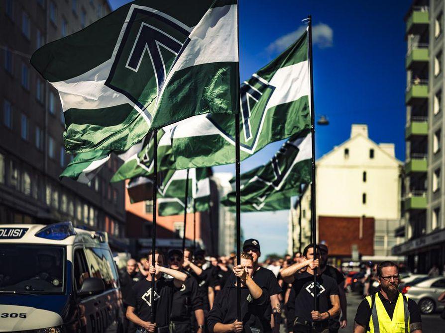Pohjoismainen vastarintaliike osoitti mieltään Turun terrori-iskun vuosipäivänä vuonna 2018 Turussa. Samana päivänä järjestettiin Turku ilman natseja -mielenosoitus.