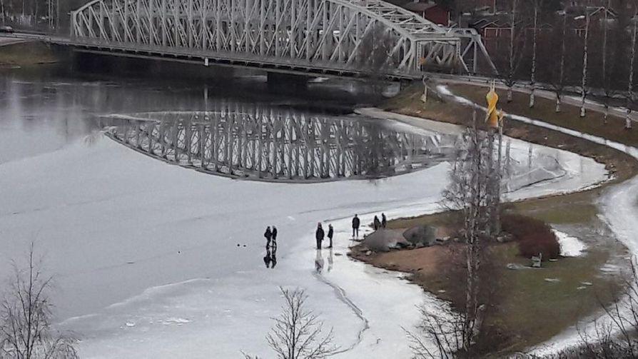 Onkohan kovin järkevää, ihmettelee Kalevalle Oulujoen kirkkaan jään päällä kävelleistä henkilöistä kuvan lähettänyt lukija.