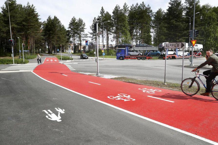 Linnanmaan baana. Punainen baana on tarkoitettu pyöräilijöille, siihen liittyy supersuojatie. Tervahovintien ja Kaarnatien risteys.