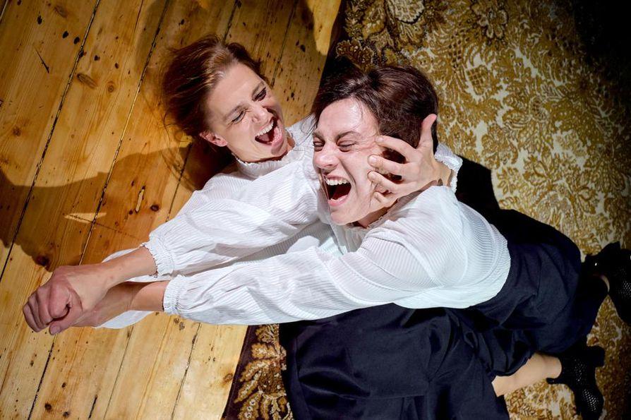 Alma Lehmuskallion ohjaamassa Teatteri Jurkan Norassa on yhtä aikaa kaksi Noraa: Kreeta Salminen (vas.) ja Rosanna Kemppi. Oululaisille Rosanna Kemppi on tuttu musikaalista My Fair Lady. Hän vuorotteli siinä Eliza Doolittlen roolissa.
