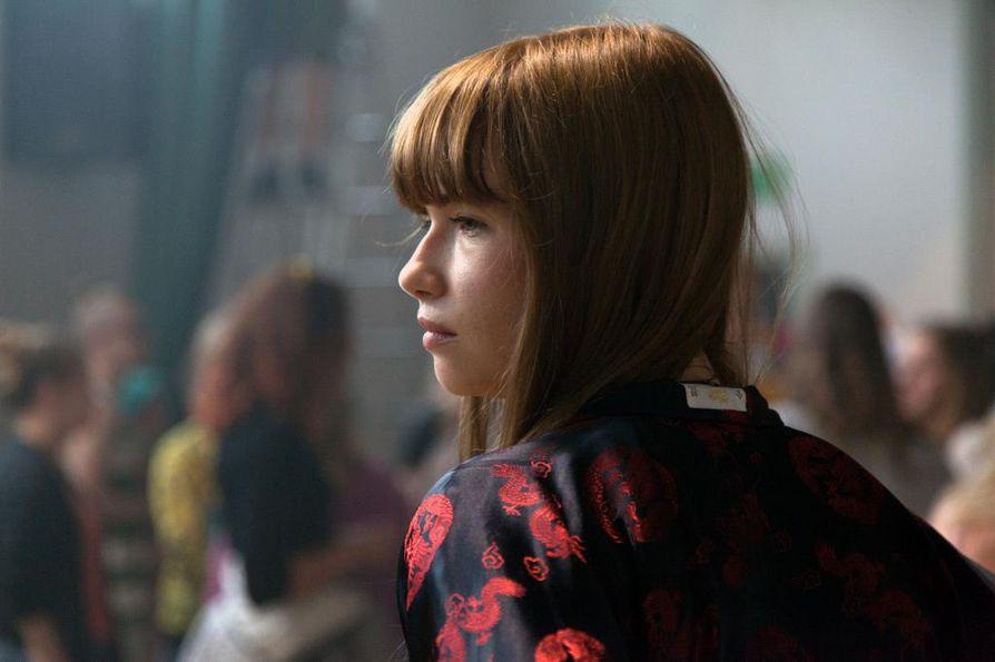 Jenny (Sara Soulié) on yksi tytöistä, joka on lähdössä maailmalle Toiset tytöt -elokuvassa.