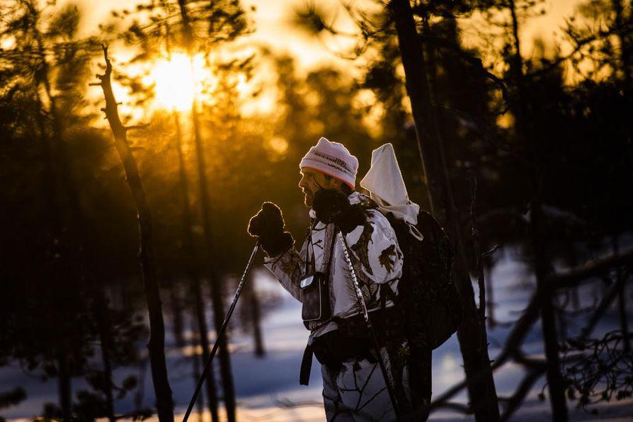 Tammikuisessa lintujahdissa päivännäkö voi olla lyhyt, viitisen tuntia. Esko Pulju hiihtää aamuhämärästä pimeään.