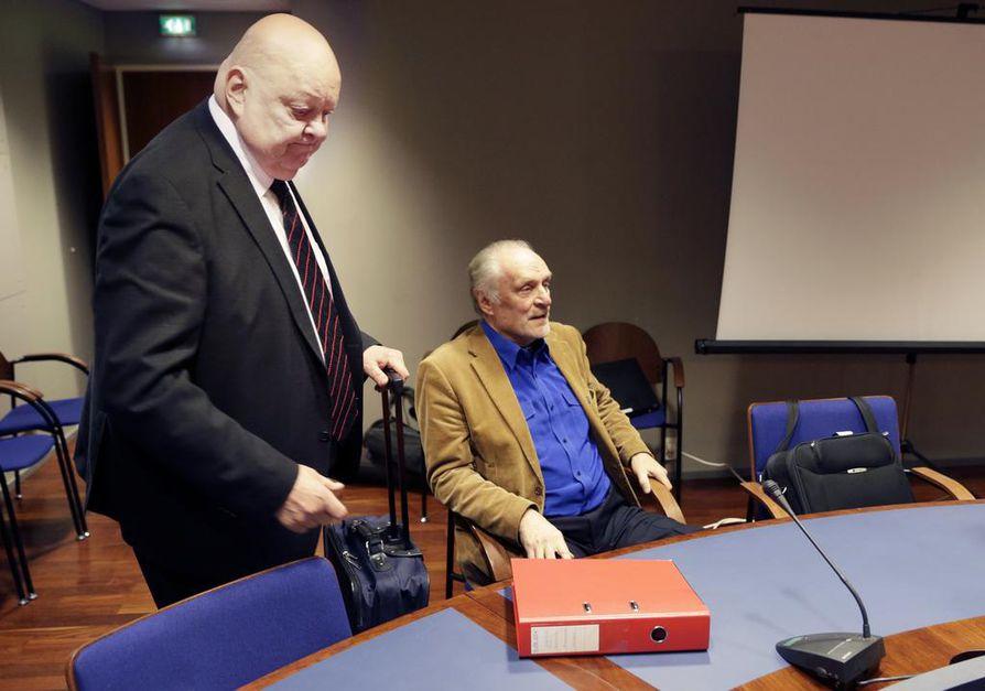 Toivo J. Kanninen (oik.) oikeudenkäynnissä asianajajansa Pekka Harjun kanssa tiistaina.