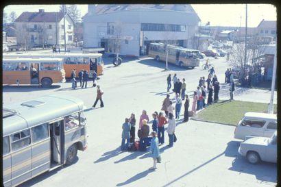 Oransseja busseja, leveitä lahkeita ja kirkkaita pipoja – Tältä näytti Kuusamon keskustassa 1970-luvulla