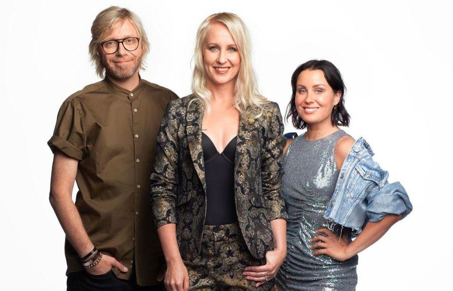 Kimmo Vehviläinen, Alma Hätönen Elina Kottonen juontavat Big Brother Suomi -ohjelmaa.