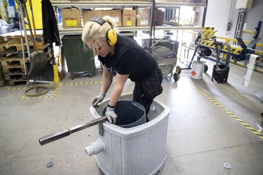 Pipelife Finland Oy valmistaa Iissä jätevesijärjestelmiä. Muovityöntekijä Minna Ylijukuri kasaamassa sauna- tai kantovesien käsittelyjärjestelmää.