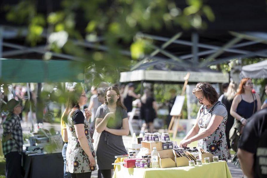 Åströminpuistossa lauantaina järjestetyillä Villiyrttikarkeloilla riitti paljon nuuhkittavaa ja maisteltavaa.