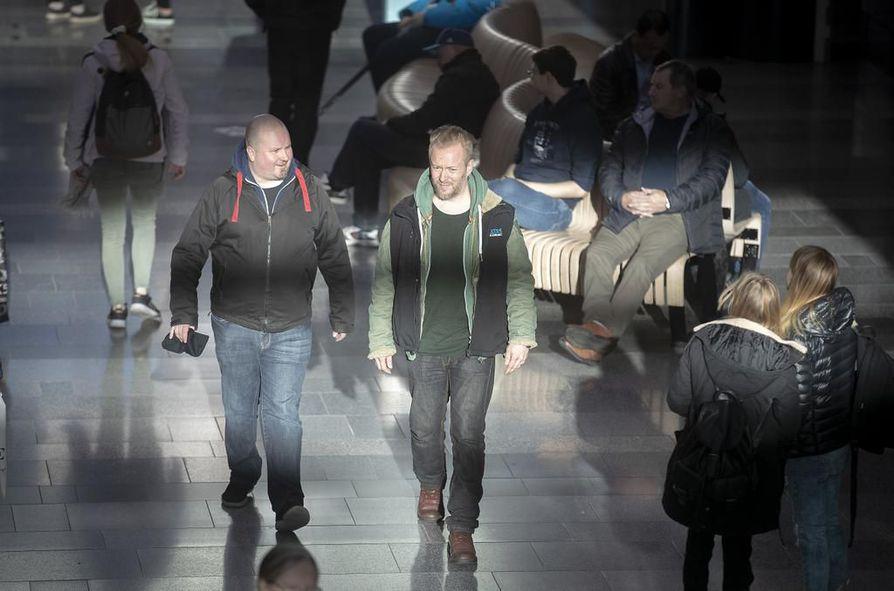"""Perttu Kemppainen (oik.) ja Petri Tyynelä kiertelevät kauppakeskus Valkeassa. Heidän mukaansa on nuoria, jotka vetävät päihtymistarkoituksessa """"ihan mitä vaan""""."""