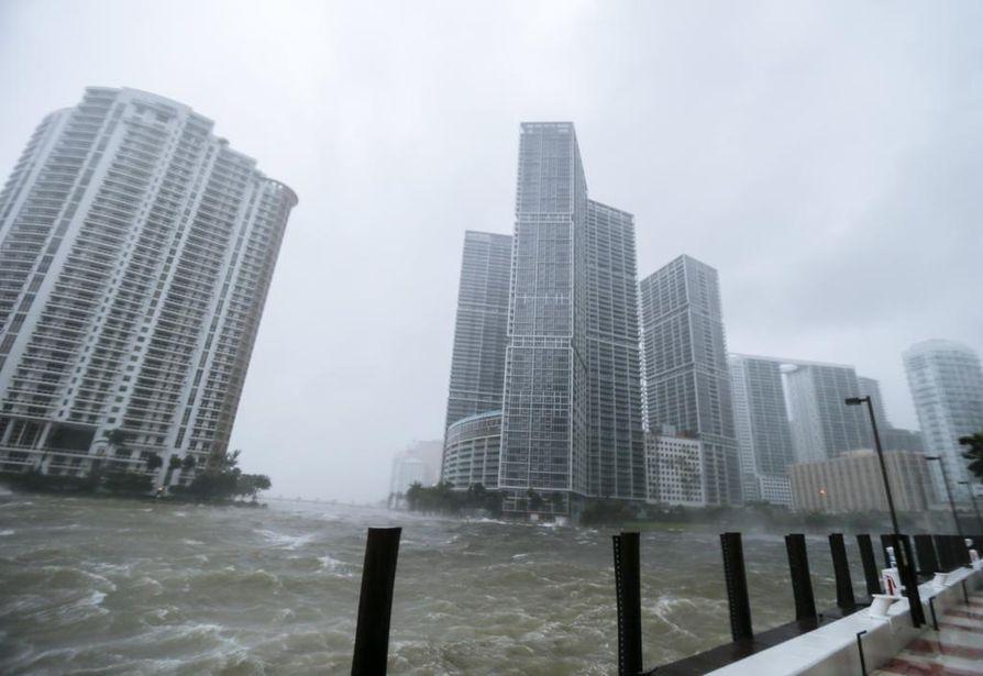 Yli kuusi miljoonaa floridalaista on paennut myrskyä kodeistaan.