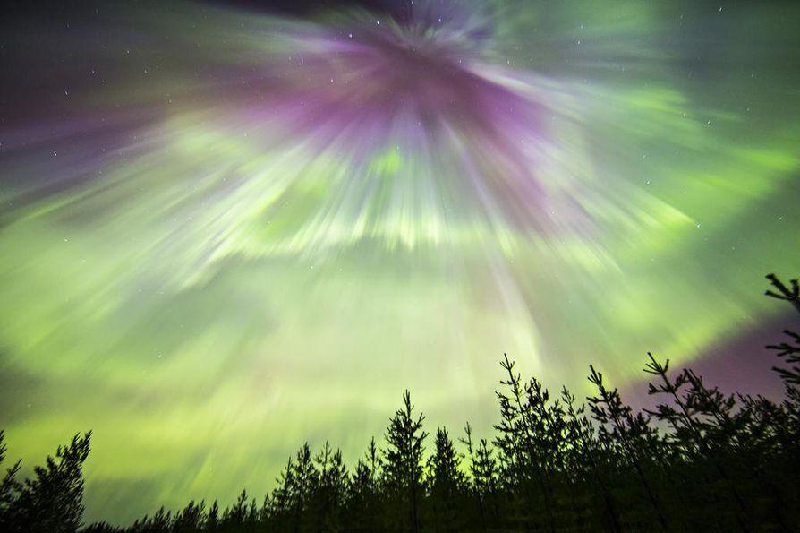 Revontulet valaisivat Pudasjärvellä näin komeasti. Henri Luoma koosti kuvista timelaps-videon.