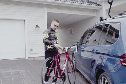 """""""Se ei ole vain auto, se on elämän mittainen kumppanuus"""" – Jukan matkassa autokaupoille"""