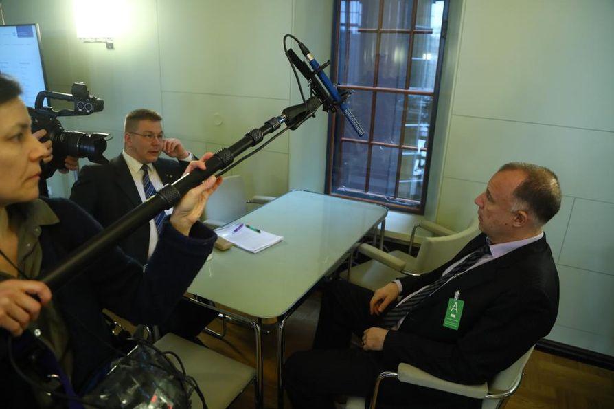Kansanedustaja Juha Mäenpää (vas.) ja hänen avustajansa lakimies Kari Uoti valmistautuivat torstaina menemään perustuslakivaliokunnan kuultaviksi.