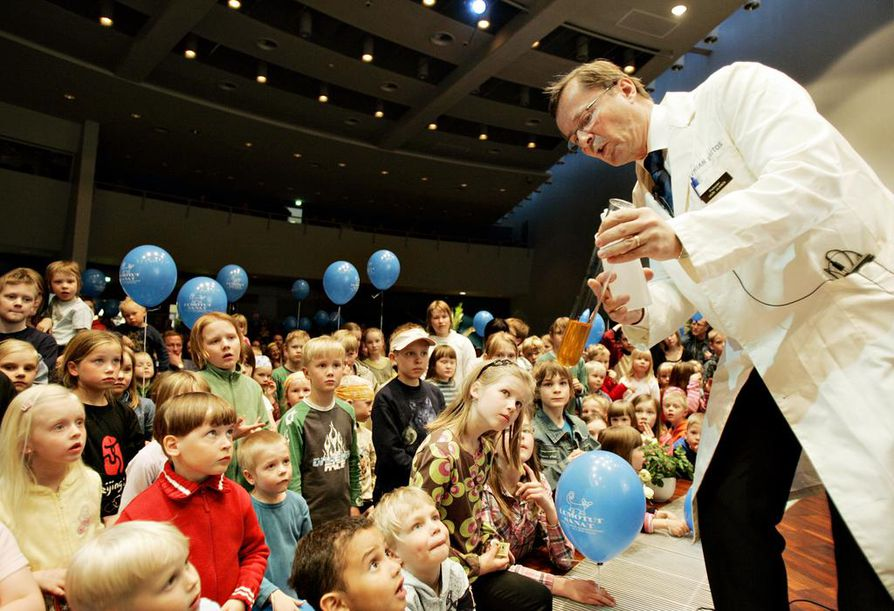 Tieteen popularisoinnin pitäisi olla olennainen osa tieteentekijöiden arkea. Oulun yliopiston edellinen rehtori Lauri Lajunen esitteli lapsiyleisölle kemiallisten taikatemppujen salaisuuksia tieteiden taikayössä, kun yliopisto täytti 50 vuotta vuonna 2008.