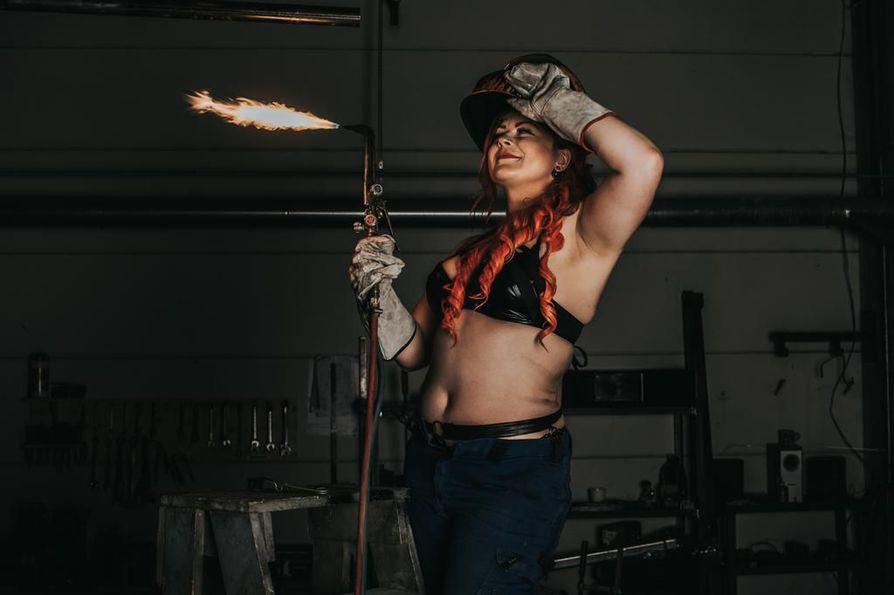 Elokuun tytöllä Jennamaria Mustajärvellä on neljä erilaista metallialan tutkintoa, joista tuorein on hitsaajamestarin ammattitutkinto.
