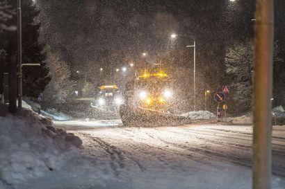Aura-autot öisillä teillä ja vyötäisilleen uponnut valokuvaaja – lunta riittää, mutta vielä ei rikottu ennätyksiä sen määrässä