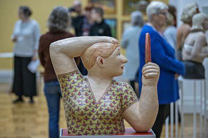 Oulun taidemuseossa on nyt Rento meininki–uusi näyttely esittelee lähes 130 iloa pulpahtelevaa naivistista taideteosta
