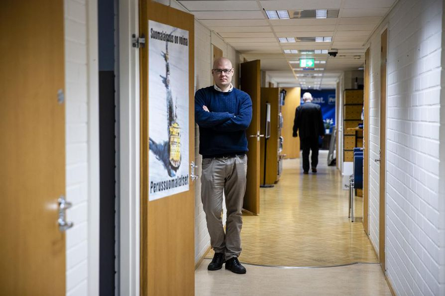 Simo Grönroos johtaa organisaatiota perussuomalaisten puoluetoimistosta. Muutos suurpuolueeksi näkyy kasvaneina puoluetukina, mutta henkilöstön määrää ei ole lähdetty kasvattamaan.