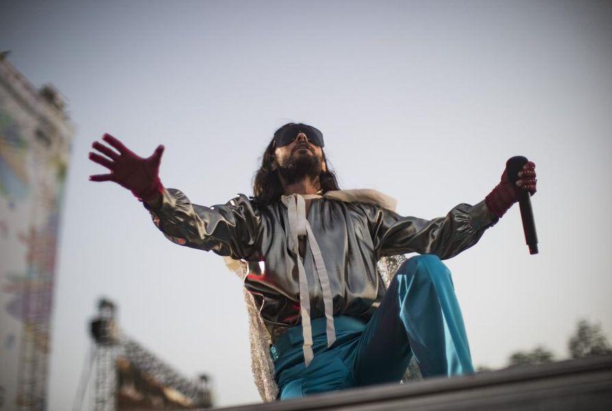 Thirty Seconds to Marsin laulaja Jared Leto esiintyi kuninkaallisessa kultaviitassa, mutta muita hallitsijan elkeitä ei näkynyt. Leto puhutteli yleisöä ja kiitti keikasta useaan otteeseen.