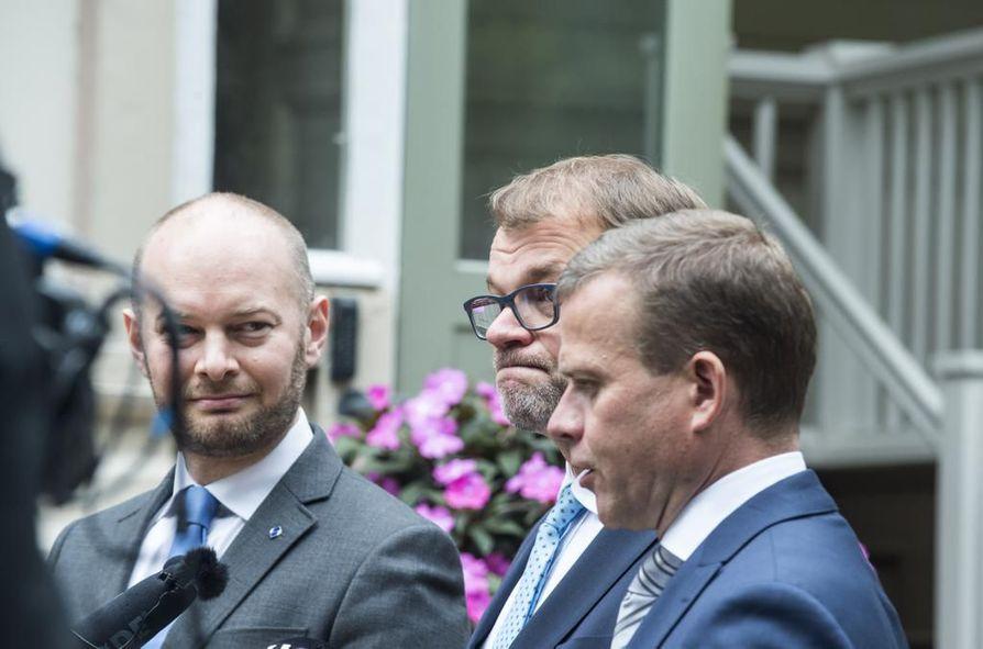 Hallitus käy parhaillaan läpi lausuntokierroksen antia. Hallitus ei ole aikonut perääntyä esityksen tuomisesta eduskuntaan. Kuvassa hallituspuolueiden puheenjohtajat kulttuuriministeri Sampo Terho (sin), pääministeri Juha Sipilä (kesk) ja valtiovarainministeri Petteri Orpo (kok).