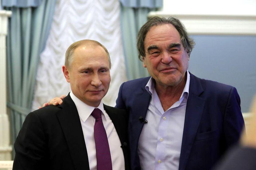 Vladimir Putinia näkee harvoin näin epämuodollisessa asetelmassa. Tänään se tapahtuu Oliver Stonen seurassa.