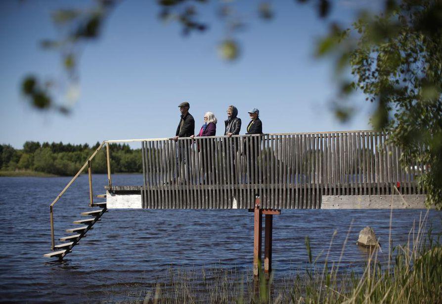 Taiteilijat Raimo Törhönen, Helena Kaikkonen, Leena Kangas ja   Päivi Pussila (vas.) Pikisen Polun varrella. Ympäristötaidetapahtuman myötä kulkija voi tänään tehdä maisemasta uusia havaintoja.