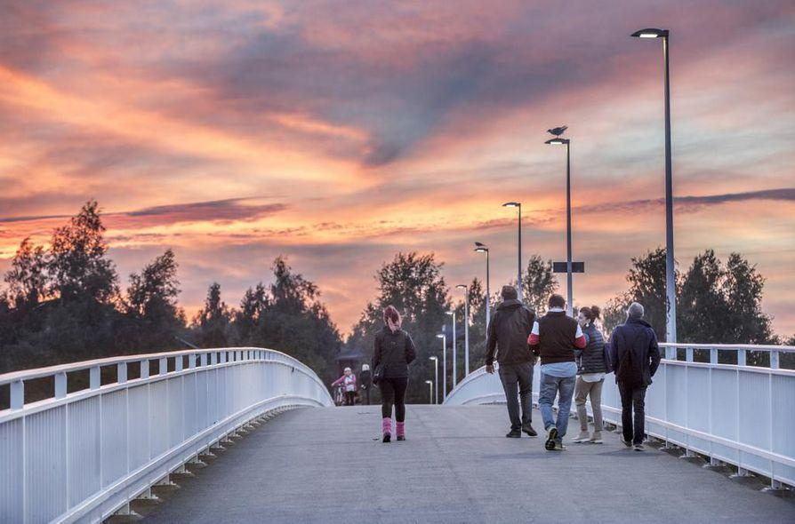 Valot syttyivät led-valaisimiin illan pimetessä Pikisaareen vievällä sillalla Oulussa torstaina. Oulussa on vaihdettu 20 000 katuvaloa led-valoihin, koska EU-direktiivi kieltää elohopealamput.
