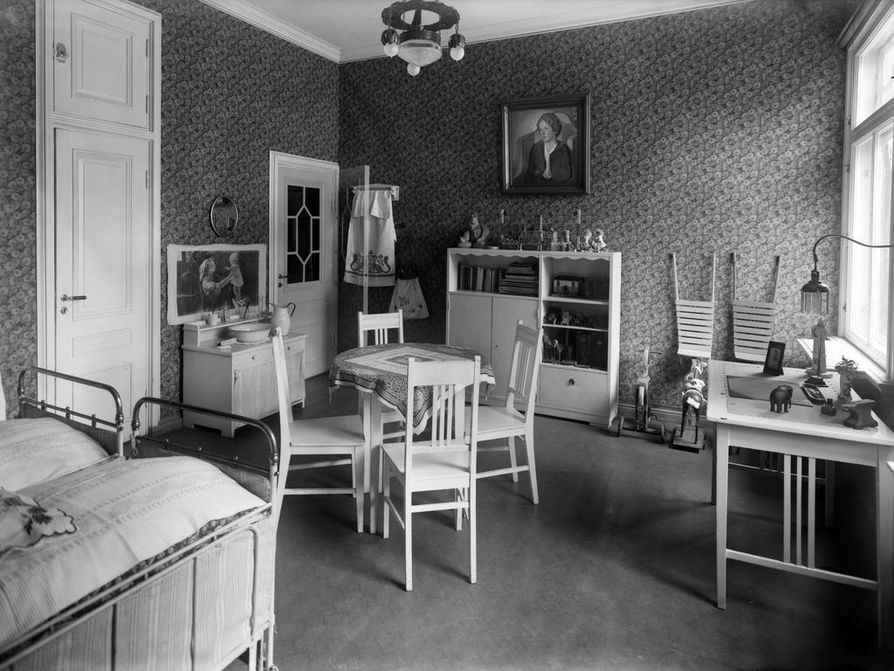 Mariankadulla Helsingissä sijainneen apteekkariperheen kodin lastenhuone 1920-luvun tyyliin.