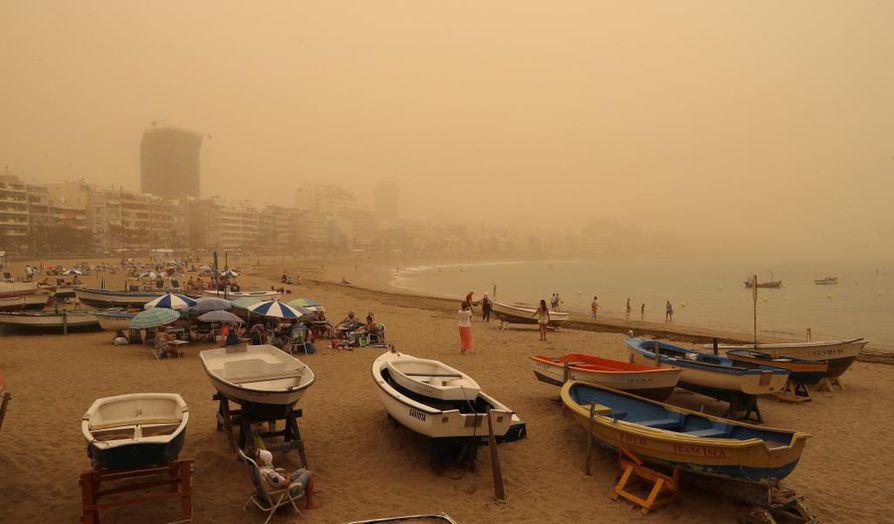 Maisema sumeni hiekkamyrskyn vuoksi Gran Canarialla lauantaina.