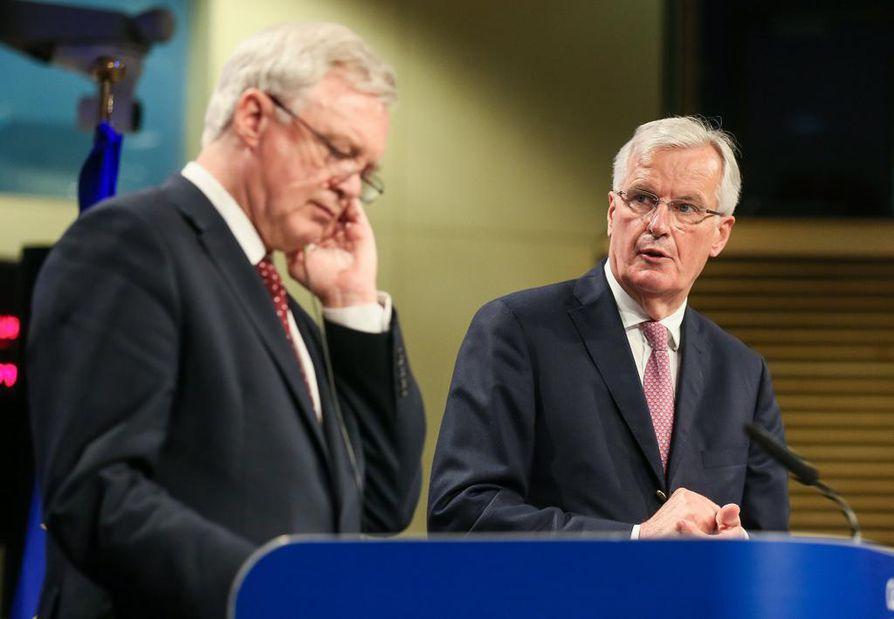 Britannian pääneuvottelijan David Davis (vas.) ja EU:n neuvottelija Michel Barnier osallistuivat ensimmäiseen neuvottelukierrokseen.