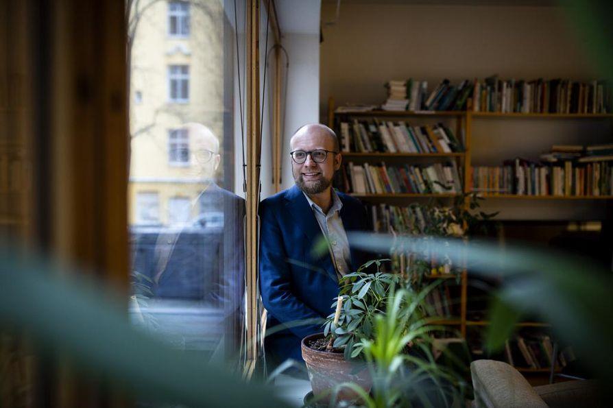 Vihreiden puoluesihteerin työpaikka on perinteiseen tapaan puoluetoimistossa. Veli Liikanen on sukunsa toinen puoluesihteeri.