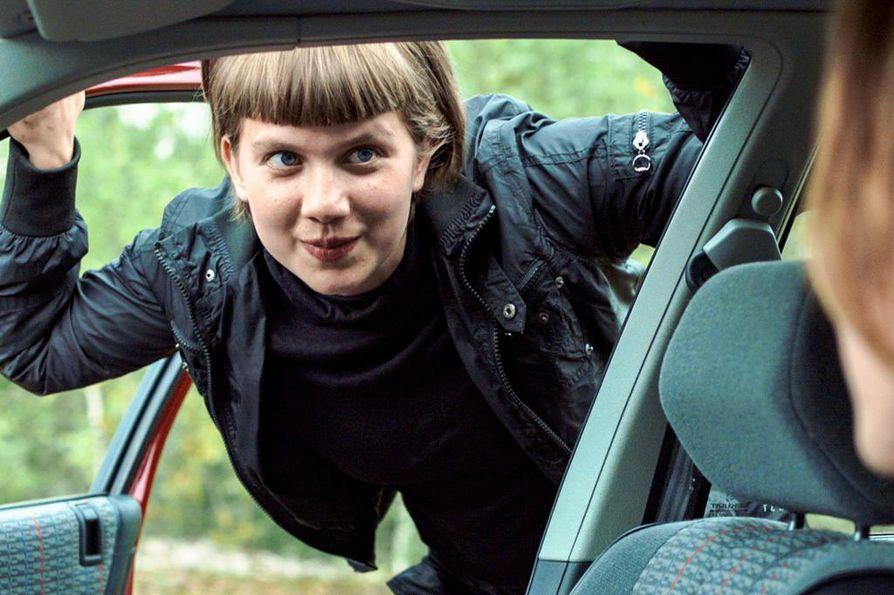 Satu (Inka Haapamäki) joutuu päättämään, mitä hän oikeasti haluaa ensimmäistä kertaa televisiossa nähtävässä kotimaisessa elokuvassa Lauri Mäntyvaaren tuuheet ripset.