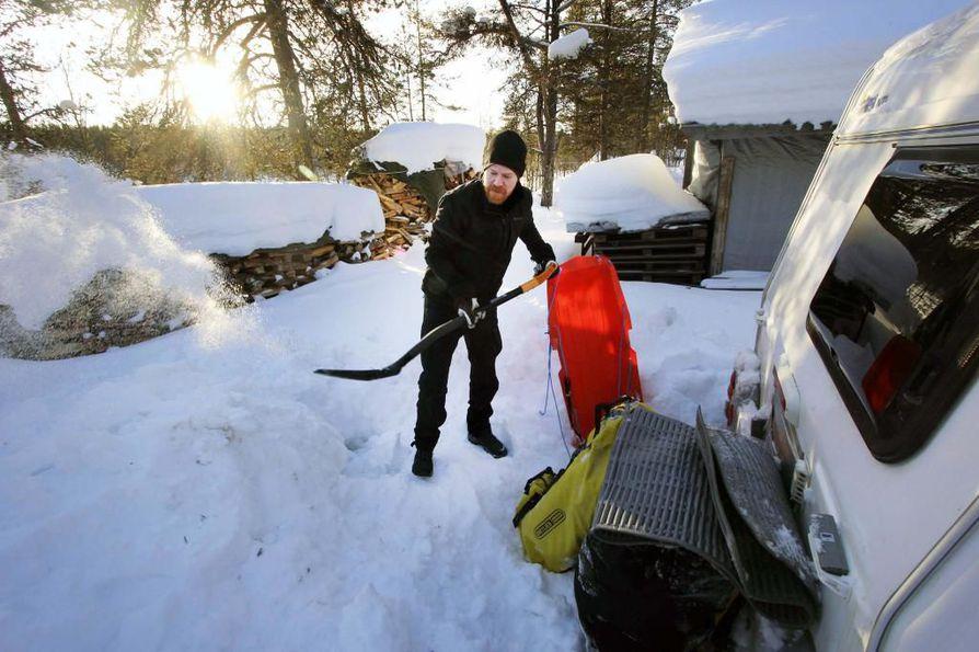 Eräopas Timo Anttalainen vetää asumustaan auton perässä. Liikkuva asunto on kätevä sesonkityöläiselle.