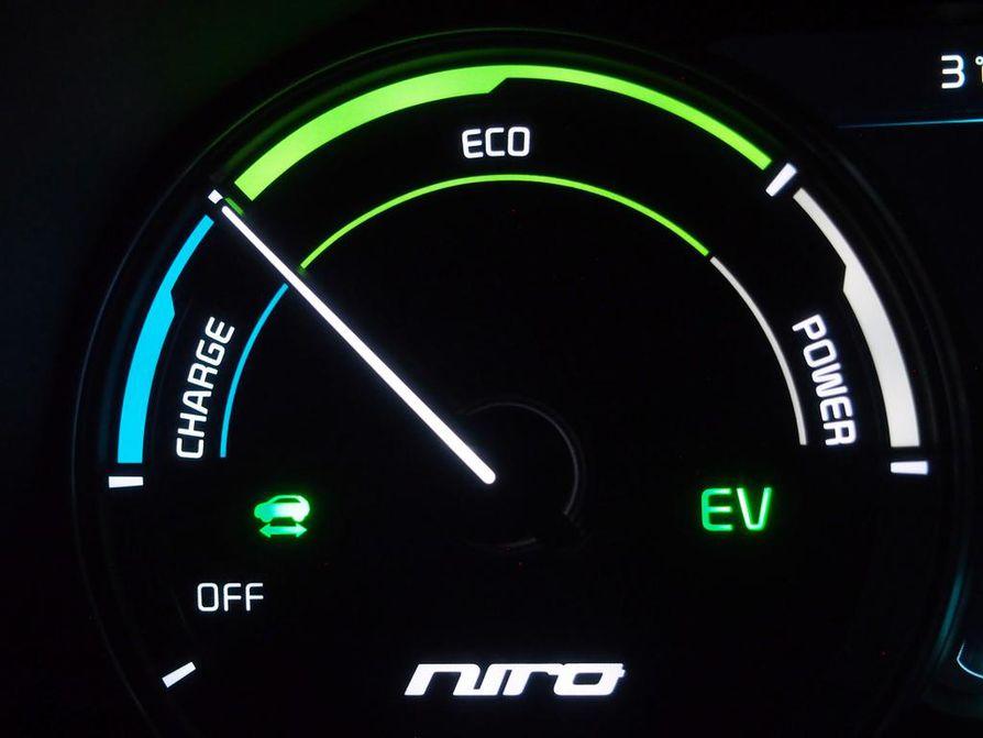 Puhtainta käyttövoimaa hybridi- ja sähköautoihin syntyy tuulesta, vedestä ja auringosta, likaisinta kivihiilestä. Keskimäärin suomalainen töpselisähkö on tuotettu melko kestävillä tavoilla.