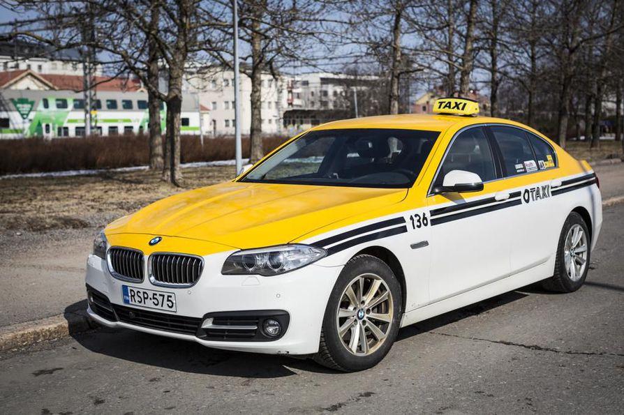 Oulun Aluetaksi lanseeraa uuden Otaxi-nimen ja uuden ilmeen autoilleen. Jatkossa autojen pohjaväri on valkoinen tai musta.