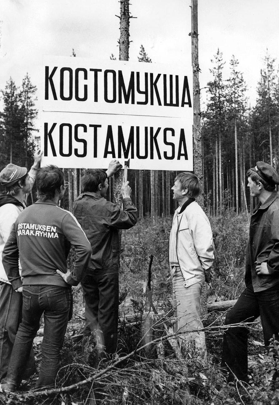 Kostamuksen maarakennusryhmän miehet pystyttivät kaupungin kylttiä keskelle korpea lokakuussa 1977.