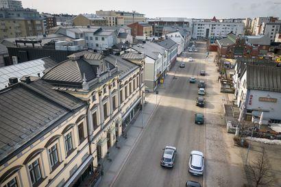 """Uudet tuulet puhaltavat Oulun torilla: Rantakadun ravintoloiden terassit levittäytyvät tulevana kesänä pysäköintiruutujen päälle – """"Tämä tulee juuri oikeaan aikaan"""", ravintoloitsija kiittelee"""