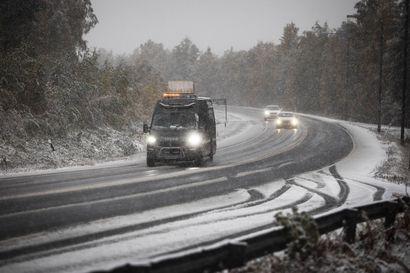 """""""Kansalaisille täytyy antaa kehuja"""" – autoilijat selvisivät peltivaurioilla tiistain lumimyräkästä Lapissa"""