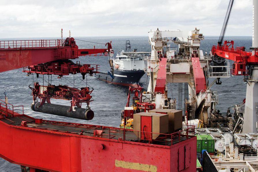 Nord Stream 2:n Suomen osuuden pituus on 374 kilometriä. Kuva viime lokakuulta, kun Solitaire-alus laski putkia Suomenlahteen.