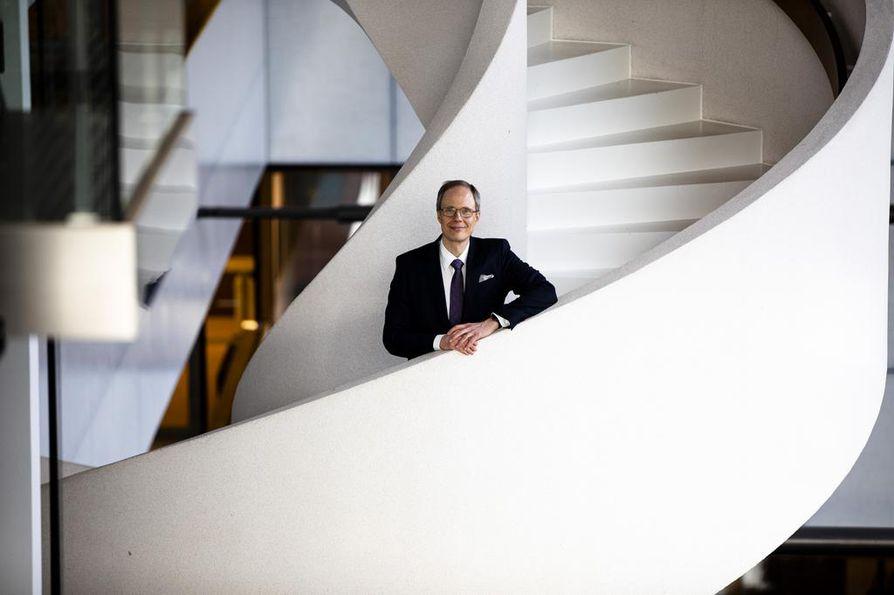 Juha Koposen aloitus Lähi-Tapiolan pääjohtajana on viivästynyt Finanssivalvonnan vaadittua Koposelta lisäperehtymistä vakuutusalaan.