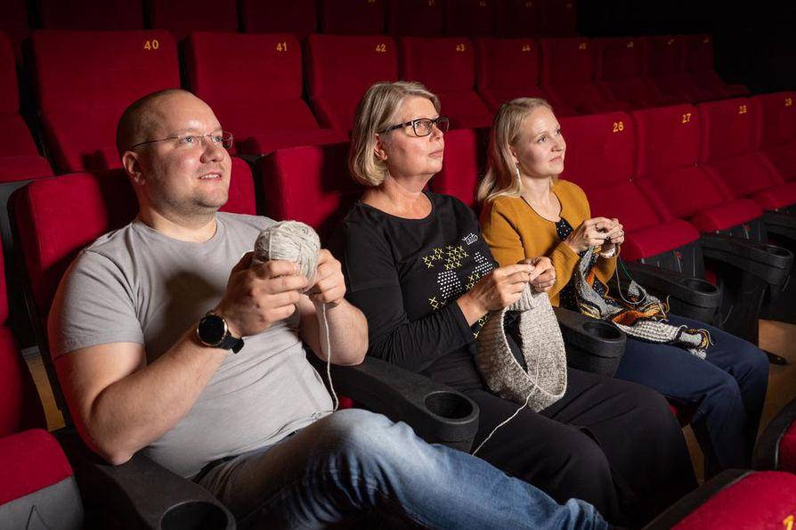 Starin neulekino on suunnattu kenelle tahansa harrastajalle, ja elokuvaa voi tulla katsomaan myös ilman käsityötä, kertovat Kari Kantala, Johanna Lumila ja Sanna Järvenpää.