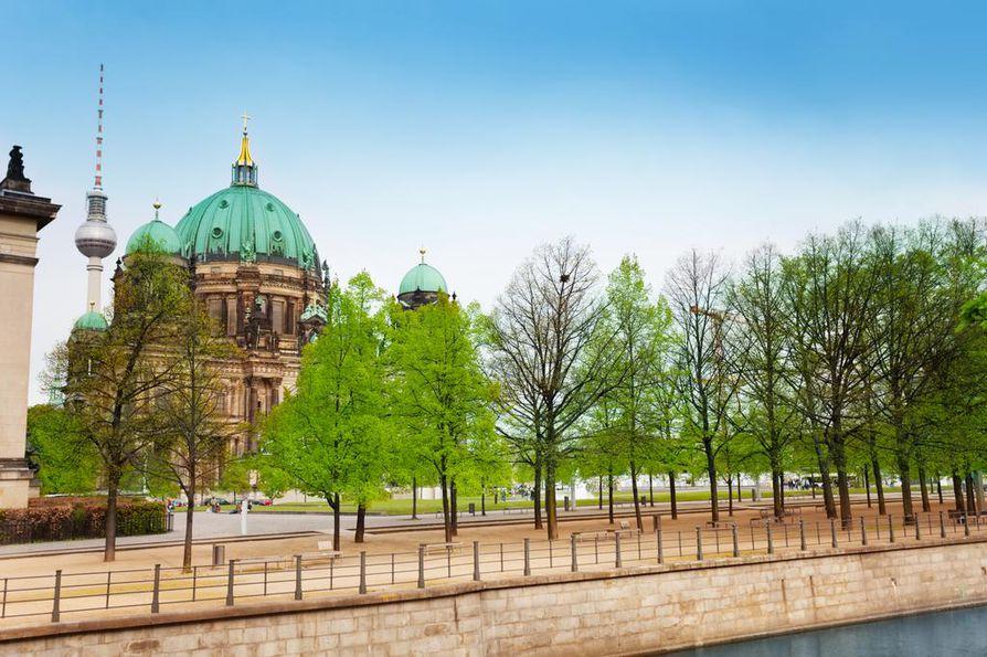 Berliinistä löytyvät eurooppalaisen kaupungin keskeiset elementit vähintään tuplana, sillä itä- ja länsipuolelle rakennettiin muurin aikana omat keskeiset kaupunkirakennukset.