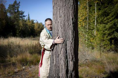"""Tietäjä ja tiedemies Francis Joy opastaa puiden salatun voiman pariin – """"Ihminen masentuu, kun yhteys luontoon katoaa"""""""