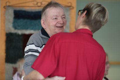 Veikko laulaa vanhuksille kahvipalkalla