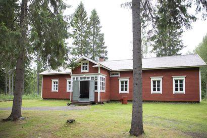 Yli-Juuruksen talo on sisustettu alkuperäistä kunnioittaen – katso kuvat vanhan talon pirtistä, viehättävästä salista ja metsänhoitajan työhuoneesta