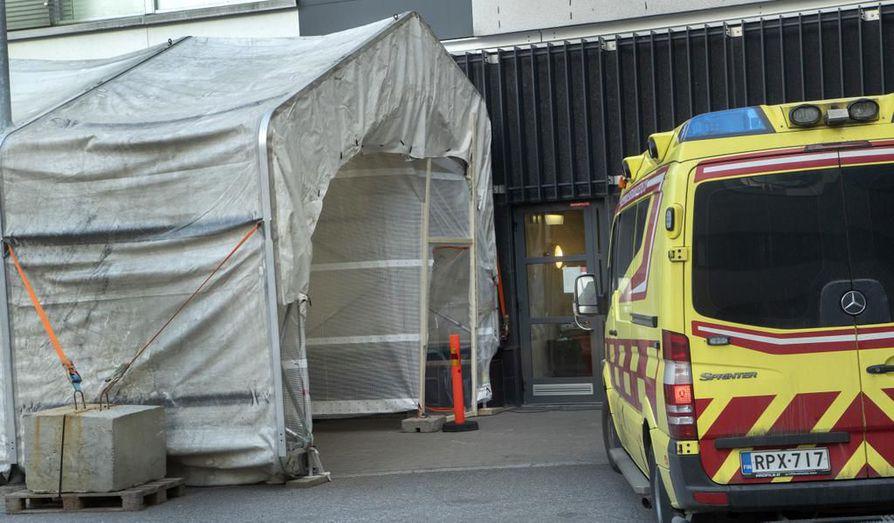 Husin takapihalle rakennettu teltta, jossa tehdään koronavirustestejä. Husin alueella on tähän mennessä menehtynyt kaksi ihmistä koronaan.