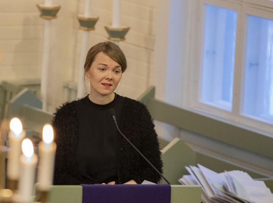 Keskustan puheenjohtaja Katri Kulmuni kiitti Rantakangasta tämän työstä kansanliikkeen hyväksi sekä nuorille kansanedustajille antamistaan opeista.